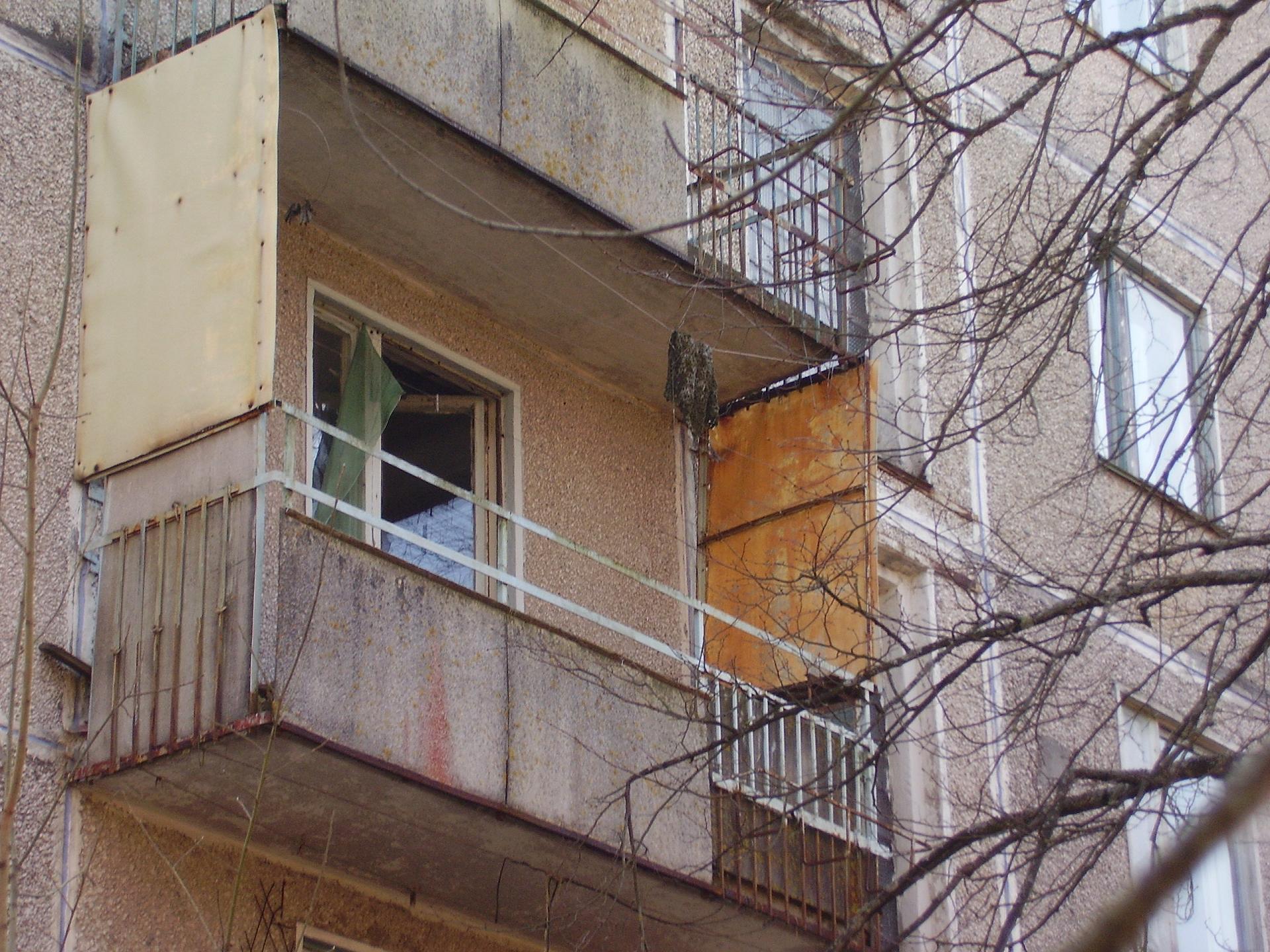 11-летний ребенок выпал с балкона пятого этажа в петербурге.